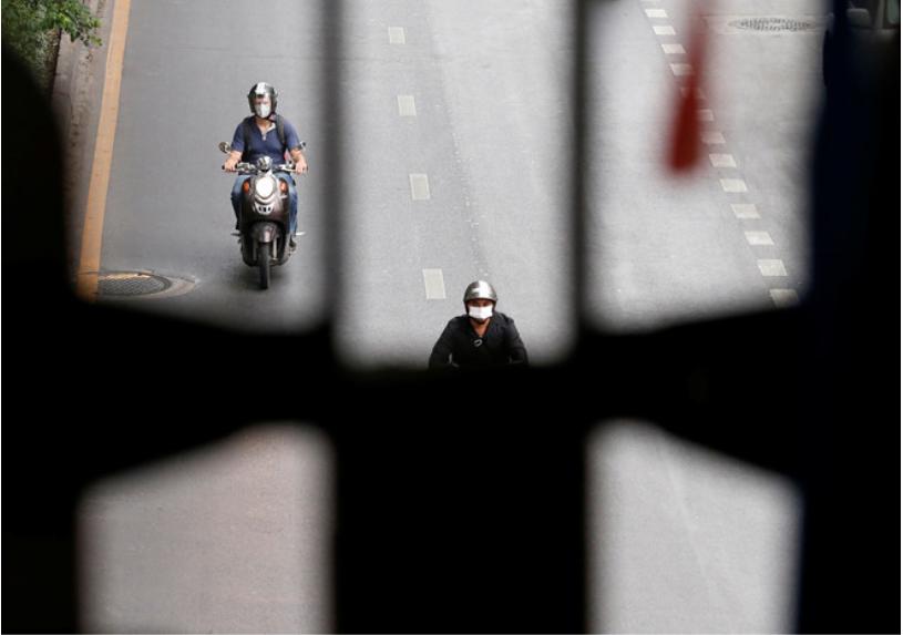 Người dân đeo băng khẩu khi ra đường